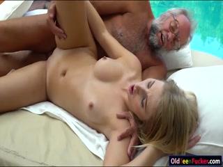 Дед трахает молодую девушку в пизду на диване