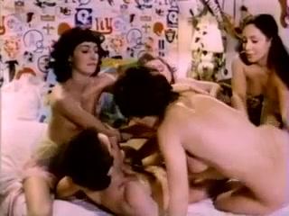 Две лесби и парень занимаются сексом втроем  смотреть онлайн!