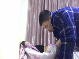 Порно видео онлайн с молодой девушкой и ее парнем на кровати