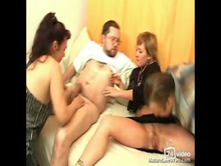 Секс зрелых женщин и мужчин дома с окончанием в киску, анал или рот