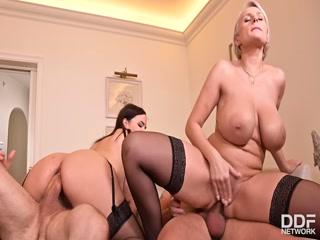 Секс с двумя зрелыми женщинами и молодым парнем в офисе на диване