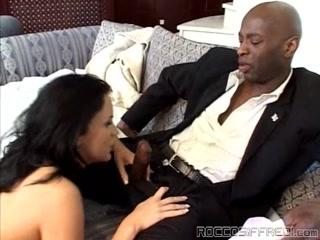 Порно видео молодых девушек, которые любят ебаться с взрослыми мужиками дома на диване