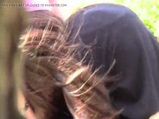 Девушка сосет и глотает сперму своего парня на камеру дома