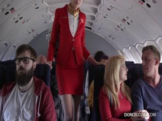 Секс с молодой стюардессой на пассажирском сиденье, пока ее ебет