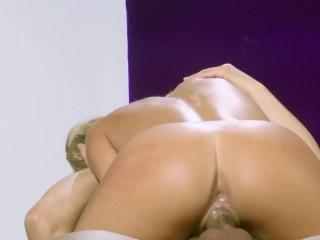 Зрелые женщины в чулках трахаются на кровати и получают оргазм от этого процесса