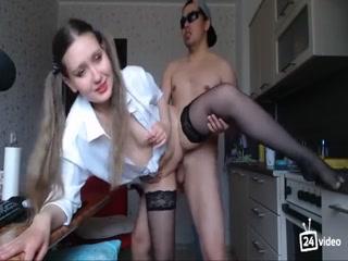 Русское порно видео со зрелой в чулочках, которая любит сосать хуи