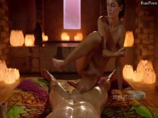 Девушка голышом мастурбирует мужику хуй, доставляя удовольствие на массаже