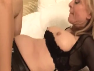 Сексуальная брюнетка сосет большой член у зрелой блондинки