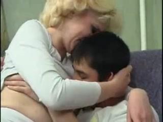 Секс с русской зрелой тетей и молодым парнем на диване дома у нее во дворе