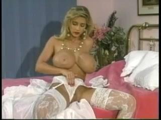 Мамочка блондинка ласкает себя на кровати, а потом трахается
